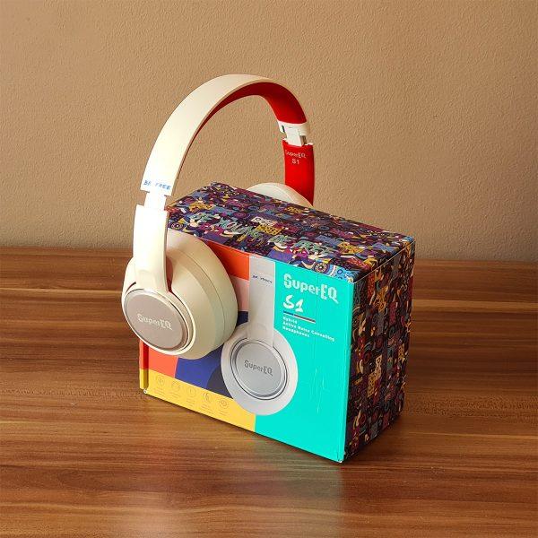 A SuperEQ S1 fejhallgató és a doboza