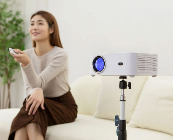 A Xiaomi Wanbo X1 projektor állványon